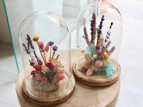 jardin de flores secas dentro de una urna de cristal