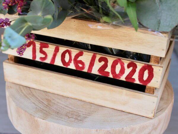 Caja de madera personalizada con flores de colores suaves para nacimiento en Valencia