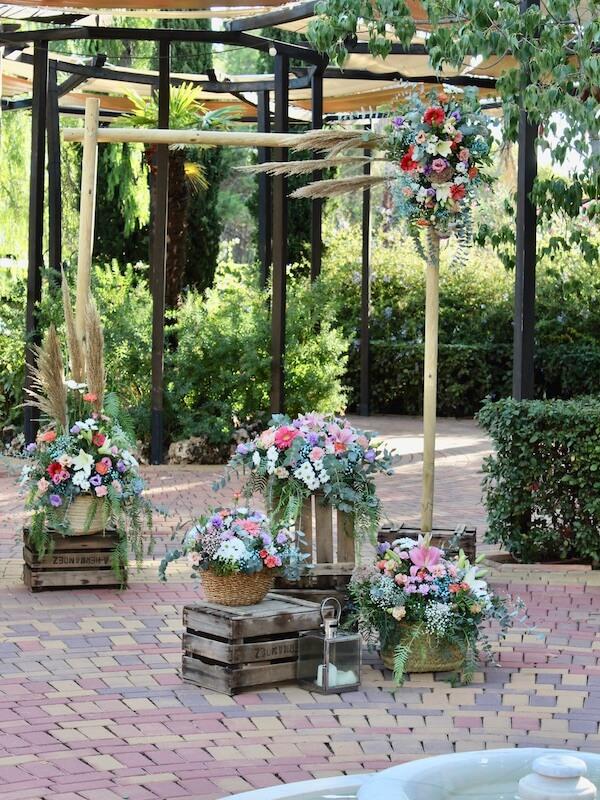 ceremonia civil con arco nupcial de flores de colores alegres