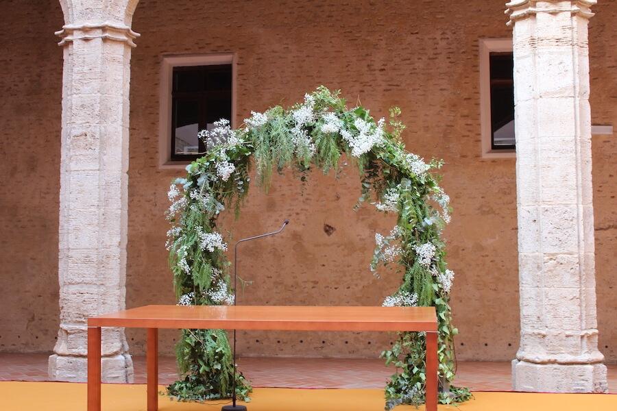 ceremonia civil con arco con verdes y paniculata