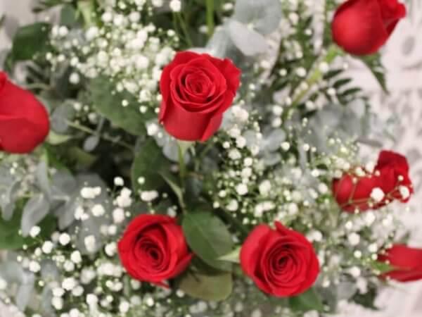 Centro de rosas rojas funerario