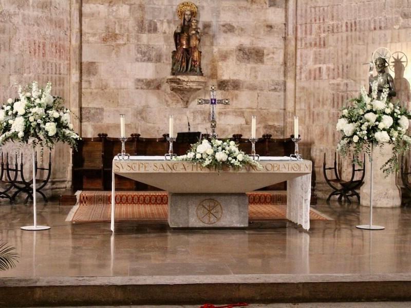 decoración de la iglesia San Juan del Hospital de Valencia con flores blancas