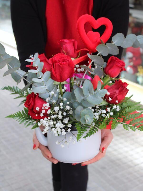 Tetera de rosas rojas para regalar en aniversario