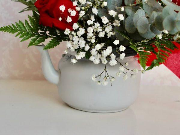 tetera con rosas rojas